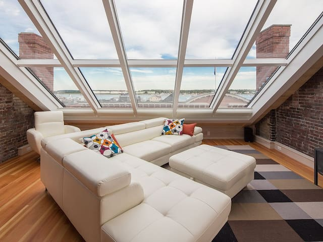 """Margaret"" Penthouse Suite - Stunning Harbor Views"