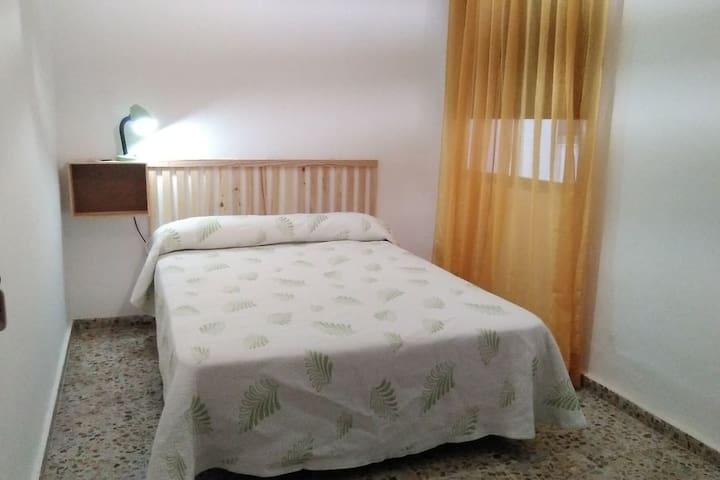 Sencilla habitación de matrimonio cerca del centro