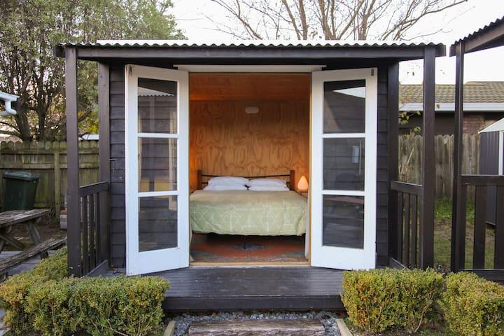 Cosy cabin - queen bed