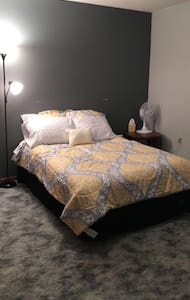 Spacious bedroom with great accommodations! - Dunn Center - Hus