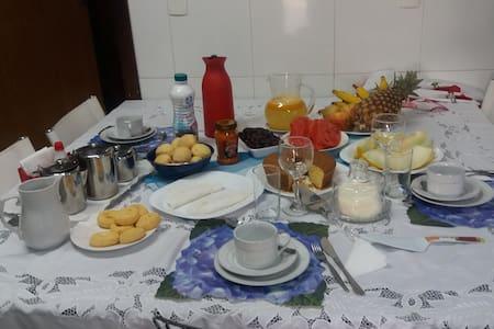 Brasília/Guará I, Suítes com café manhã/garagem