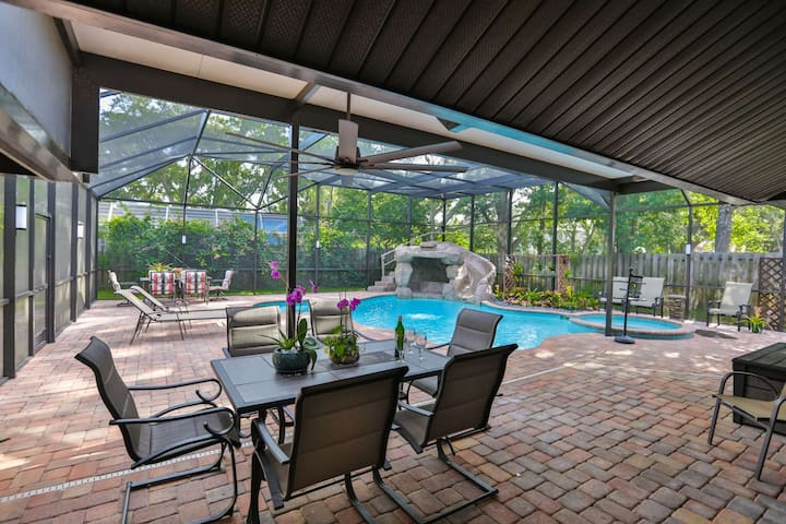 Beautiful Pool Home with Spa, Outdoor Shower - 5 min to Upscale Shopping, Dining & Golf