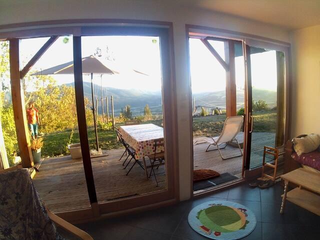 T2 meublé en rez de jardin dominant la vallée