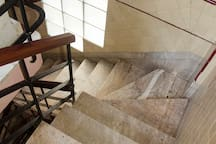 Escaleras de acceso al apartamento.
