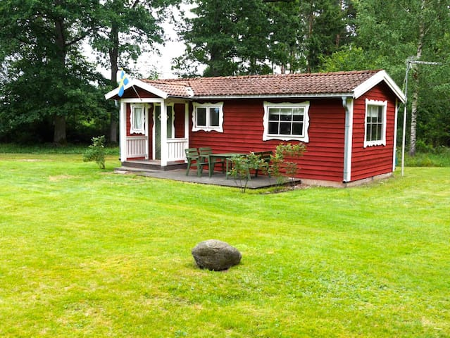 Nice cottage in beautiful nature near lake - Växjö N - Cabaña