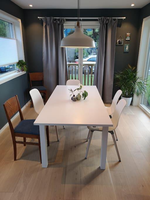 Stue og kjøkken i 2 etg. Spisebord med 6-10 plasser