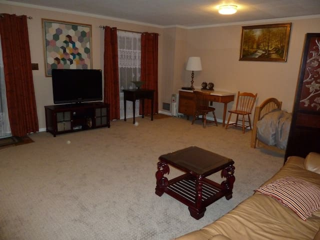 Large private room and bath with wifi near NIST - Gaithersburg - Hus