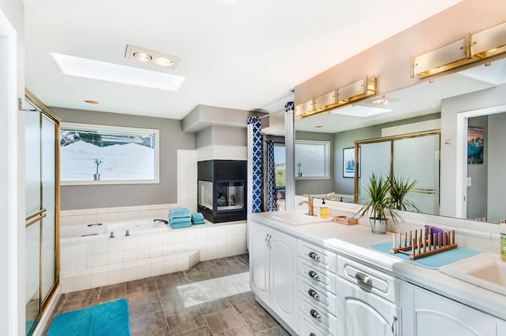Green Lake Master Suite Apartment with Jetted Tub