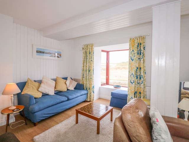 THE FORT, pet friendly, character holiday cottage in Bude, Ref 928563