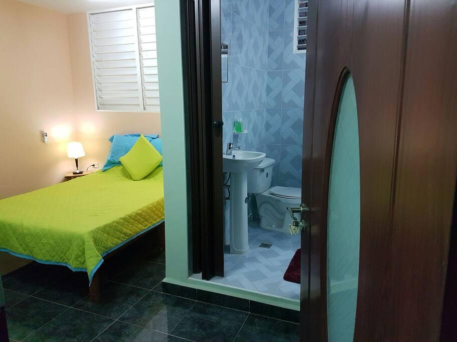 Hostal Medio tiene a su disposición habitaciones cómodas con los mejores precios de Matanzas, pues somos un negocio que recién empieza