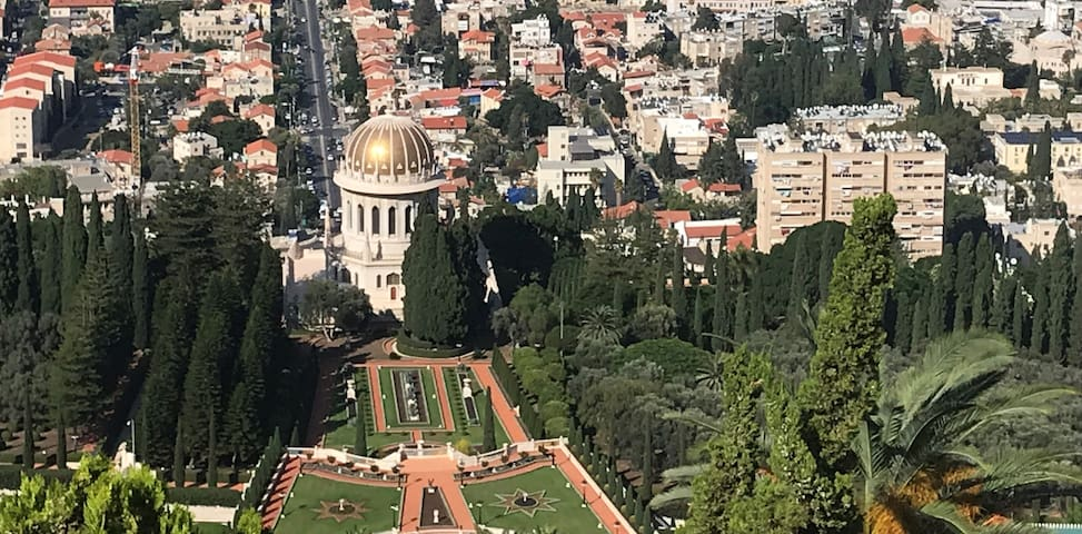 Baha'i gardens-15 minutes walk