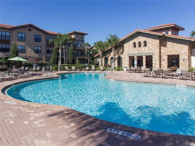 2 Bedroom Pool View Condo 10 Miles from Disney!