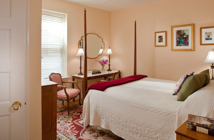 Woodley Park Guest House: Queen Room + Breakfast