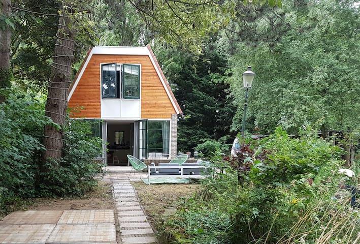 Sfeervol vakantiehuisje met sauna en grote tuin!