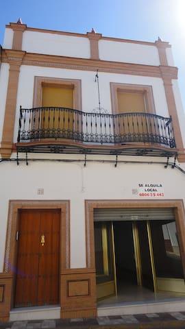 Casa en Aznalcollar con amplitud de espacios - Aznalcóllar - House