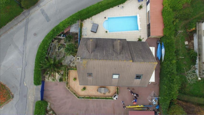 2 chambres dans maison située à 50 m de la plage
