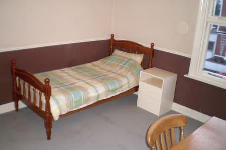 Large Room in Victorian Terrace Near Railway - Kidderminster - Dům
