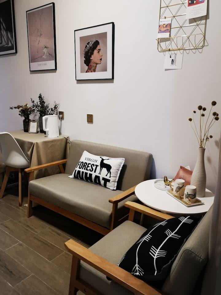 【益居】喧嚣声处让心回归!一间有温度的LOFT公寓.前庭小花园+舒适简约风