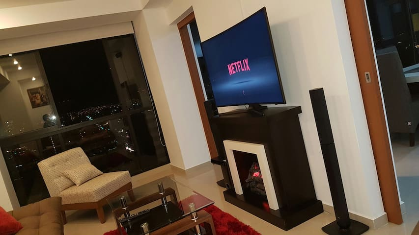 Sala de cine con Home Theater y Pantalla Curva UHD 4k SMART con Netflix, YouTube y Cable.