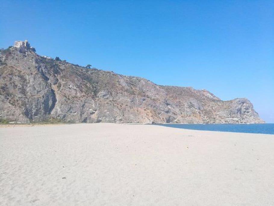 La stupefacente è ampia spiaggia della baia