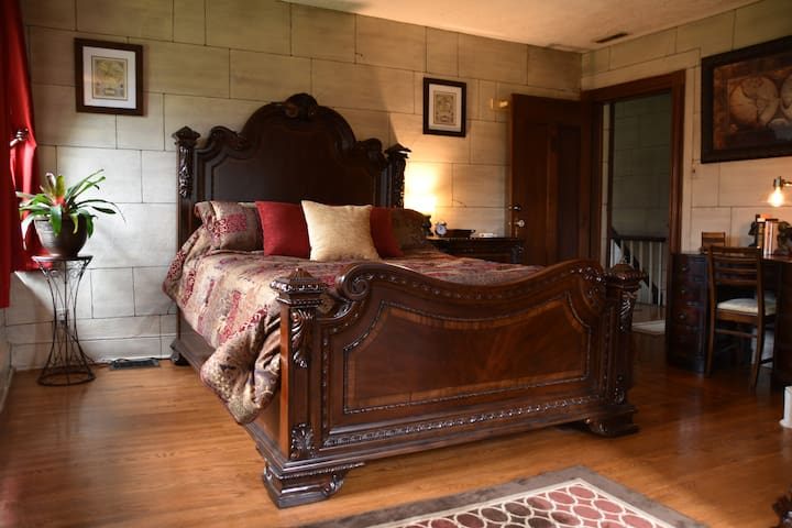 The Safe House Bed & Breakfast - Zayne Room