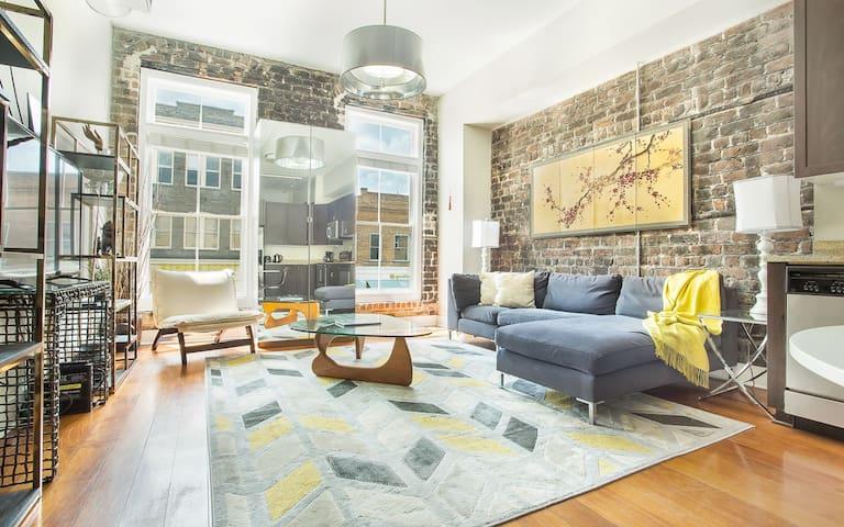 Stay with Lucky Savannah: Gorgeous Modern Loft Overlooking Broughton Street!