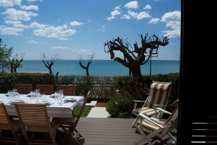 Beachfront Apartment with Garden and Panorama.