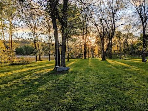 Serene setting w/ private Illinois River access
