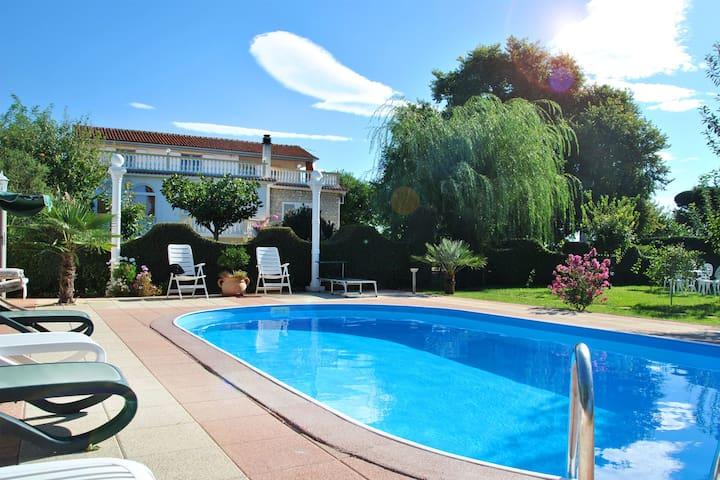 Pool & sehr großer Garten,Strandnah - Sikovo - Talo