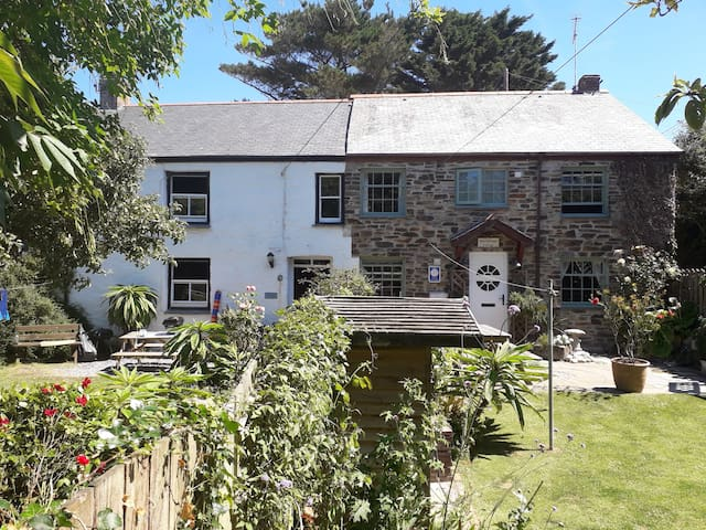 Warm, welcoming, sunny coastal cottage in Crantock