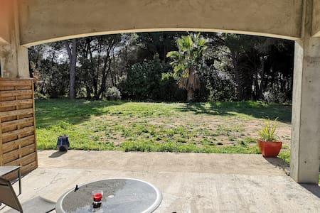 Studio mitoyen dans la foret et près des vignes