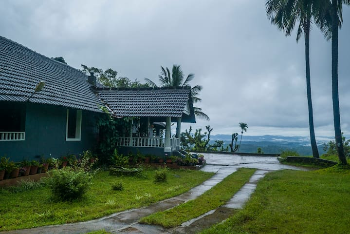 Room in a bungalow W/ 2 meals, bonfire, barbeque
