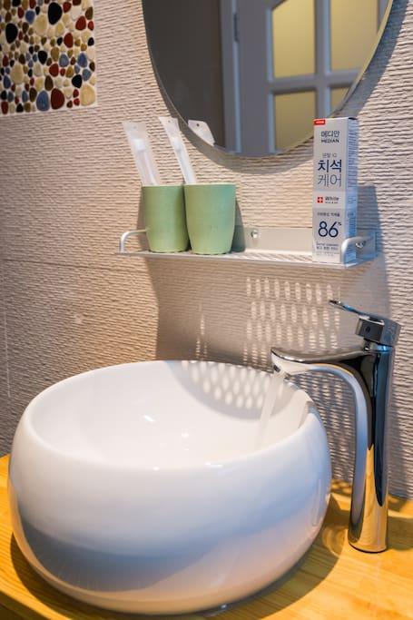 牙刷很好用哦 不是一次性的哦 牙膏是86的 你懂的
