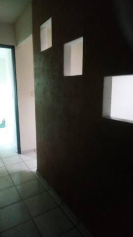 Pasillo que conecta a las dos recamaras, detrás de este muro, hay otro espacio habilitado como un tercer dormitorio individual.