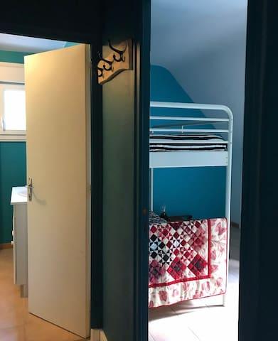 Chambre avec lits superposés WC+SdeB