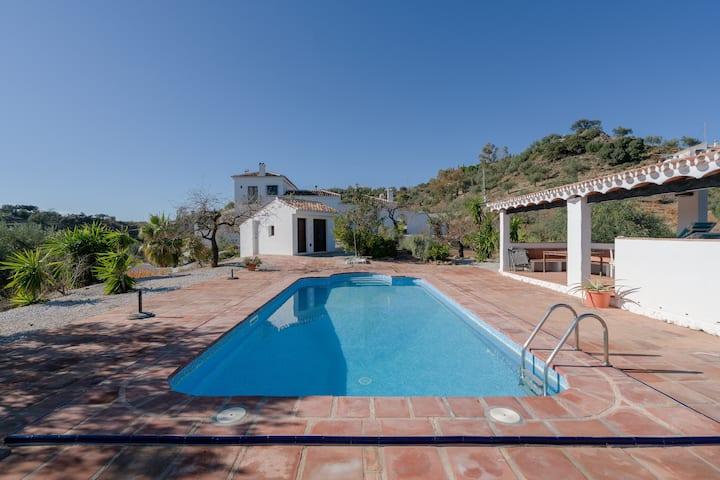 Moderno apartamento Uva Blanca con vistas a la montaña, Wi-Fi, balcón, terraza, jardín y piscina comunes; aparcamiento disponible