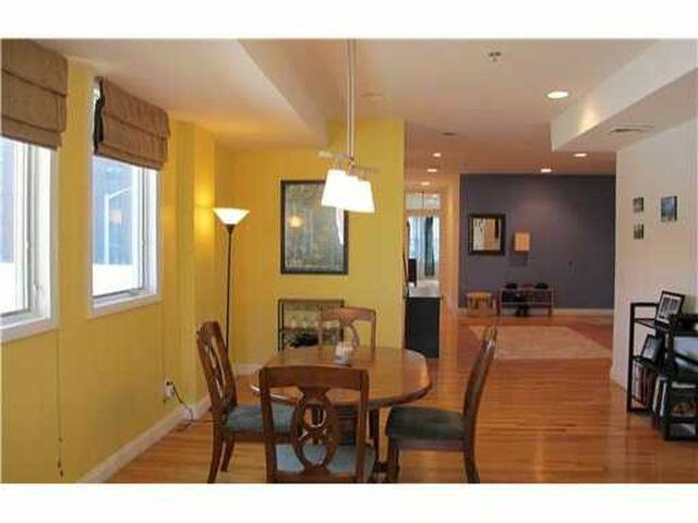 Master Bedroom in West Side Condo near Downtown - Providence - Appartement en résidence