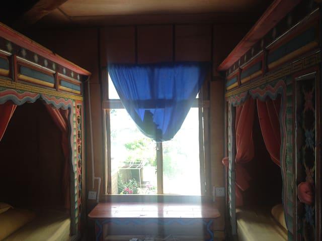 花楼二层拥有传统花床的房间。