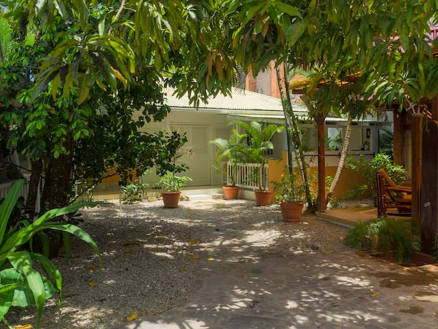 Bungalow 2 rooms 50m  beach / town