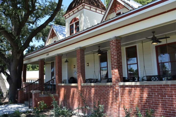 Charming Victorian suite in historic downtown Hico