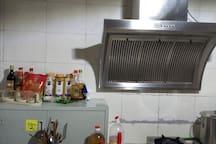 厨房厨具齐备,调料丰富,假如您想一秀厨艺,可崭露身手。院主也愿意带您采购香格里拉的顶尖食材:藏香猪,牦牛肉,松茸松露羊肚菌,尼西土鸡,黑山羊等等