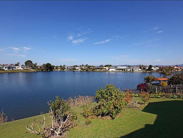 Gorgeous water front house close to everything - Benowa