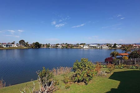 Gorgeous water front house close to everything - Benowa - House