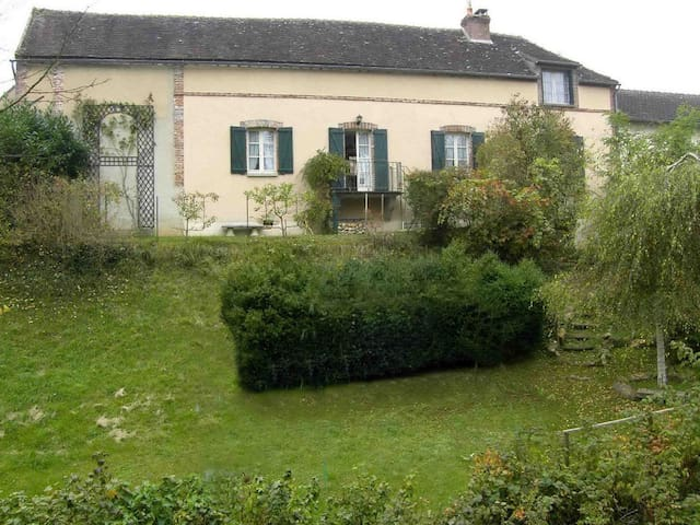 19th Cent Cottage, garden & stream - Villeneuve-sur-Yonne - Dům