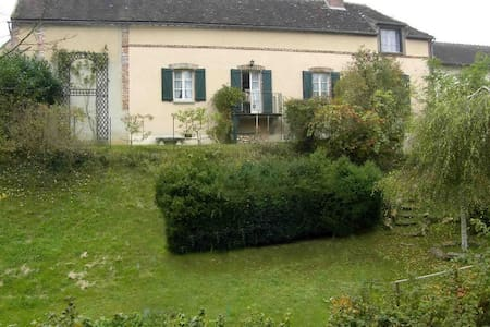 19th Cent Cottage, garden & stream - Villeneuve-sur-Yonne