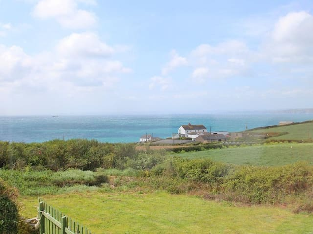 BARN, pet friendly, with a garden in Gunwalloe, Ref 959126