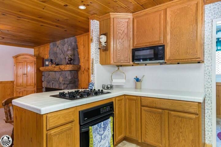 Kitchen w/Gas Cooktop