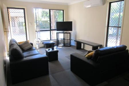Large room with A/C and private bathroom - Yeronga - Таунхаус