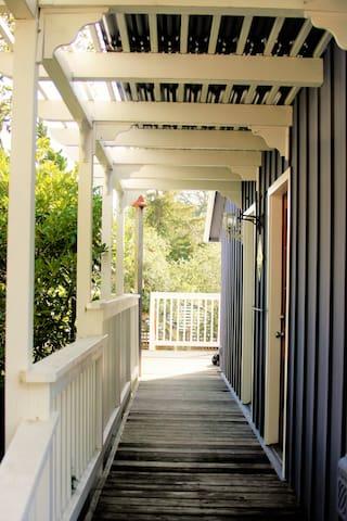 Elegant Carmel Cottage on Ocean Ave - Carmel-by-the-Sea - Talo