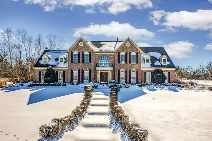 Suburban Mansion - Parking, Game Room, Soak Tub - Perfect for Families